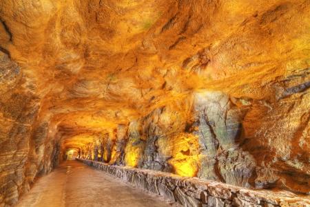 洞窟のトンネルのインテリア