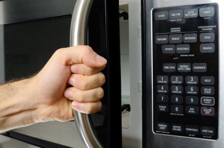 opeing a microwave door Imagens - 14397637