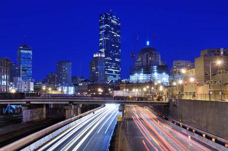 turnpike: Boston horizonte por encima de la autopista de peaje de Massachusetts Foto de archivo