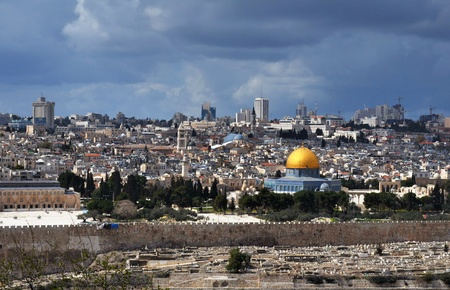 al aqsa: Dome of the Rock in Jerusalem, Israel with the skyline of the old and new city. Stock Photo