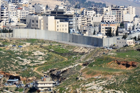 The Israel West Bank Barrier, a symbol of the ongoing conflict between Israel and Palestine. Imagens