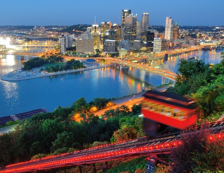 Incline operating in front of the downtown skyline of Pittsburgh, Pennsylvania, USA Banco de Imagens