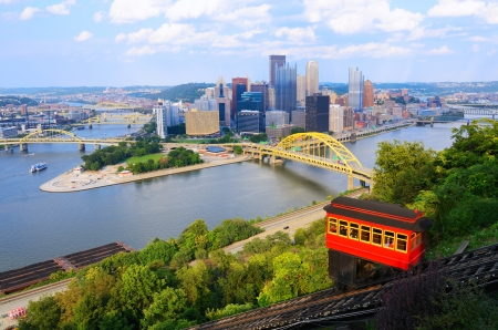 allegheny: Incline operating in front of the downtown skyline of Pittsburgh, Pennsylvania, USA