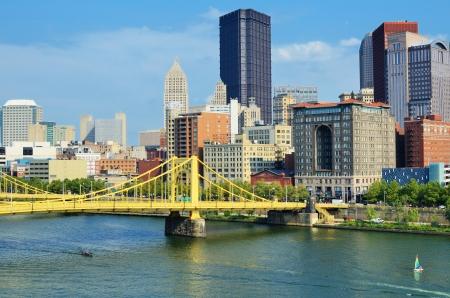 Roberto Clemente Bridge en wolkenkrabbers in het centrum van Pittsburgh, Pennsylvania, USA