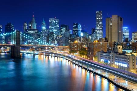 Vue sur le quartier financier de Manhattan la nuit à New York. Banque d'images
