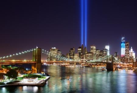 9 11 日の悲劇の記憶でダウンタウン ニューヨーク市での光の中でトリビュート