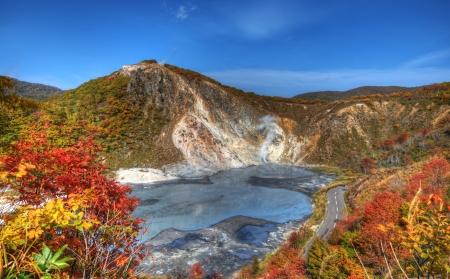 """Jigokudani, conocido en Inglés como """"Valle del Infierno"""" es la fuente de aguas termales para muchos Spas Onsen locales en Hokkaido Noboribetsu, Japón."""
