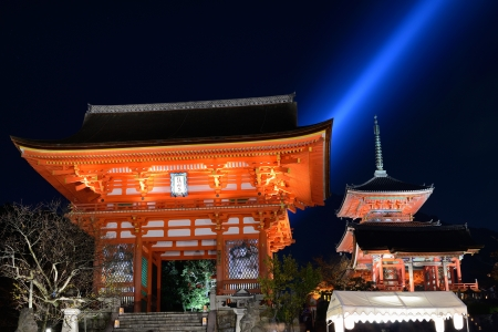 dera: Kyoto, Japan - November 19, 2012: The  main Riomon Gate at Kiyomizu Dera during the annual fall light show. The temple is one of Japans most celebrated holy sites.