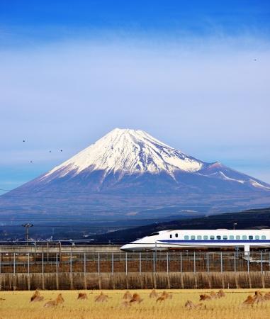 초고속 열차는 일본의 후지산 아래에 전달