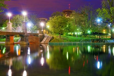 Lagoon Bridge at the Boston Public Gardens in Boston, Massachusetts. Imagens