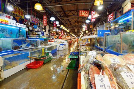 fischerei: SEOUL - 18. Februar: Luftaufnahme der K�ufer bei Noryangjin Fischerei Gro�markt 18. Februar 2013 in Seoul, S�dkorea. Die 24-Stunden-Markt hat �ber 700 St�nden frische und getrocknete Meeresfr�chte.