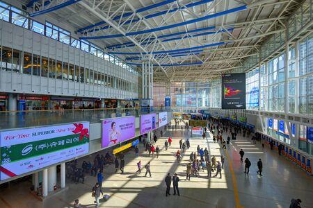 terminus: SEUL - 19 de febrero: Los pasajeros en el interior de la estaci�n de Se�l, 19 de febrero 2013 en Se�l, KR. La estaci�n es la terminal de alta velocidad KTX ferroviaria del pa�s.