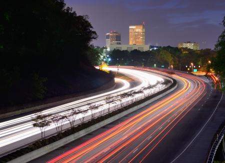 carolina del sur: Greenville, Carolina del Sur horizonte sobre el flujo de tr?co en la carretera interestatal 385. Foto de archivo