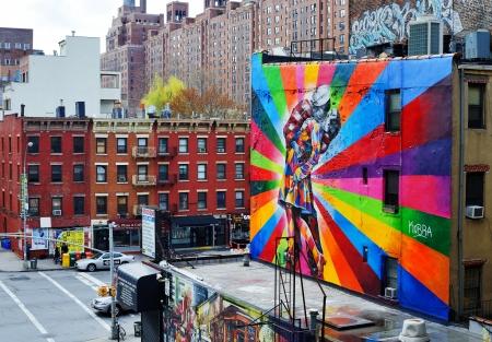 vj: NEW YORK CITY - 13 aprile: un murale dell'artista brasiliano artista Kobra 13 aprile, 2013 a New York, NY. Il murale colorato si basa su foto di Alfred Eisenstaedt dalla VJ Day in Times Square.