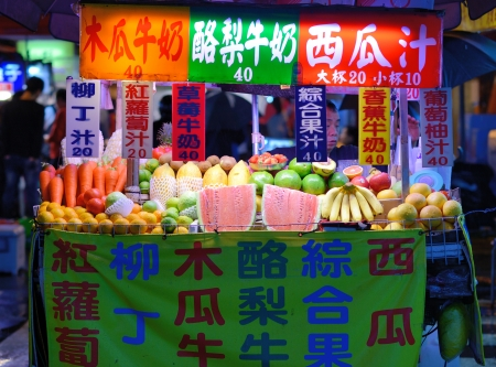 TAIPEI, TAIWAN - JANUARY 12: A fruit juice vendor at night on Guanzhou St January 12, 2013 in Taipei, TW. There are over 100 night markets scattered throughout the city. Reklamní fotografie - 19769159