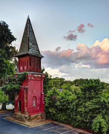 church steeple: Un vecchio campanile della chiesa abbandonata e ora in un parcheggio. un simbolo di decadenza.