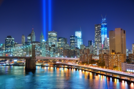 Manhattan skyline with Tribute in Light 911 Memorial Imagens