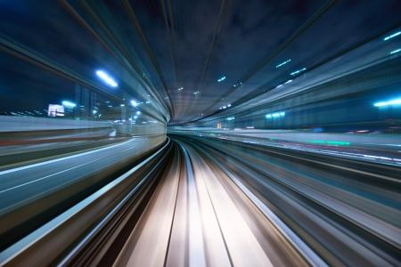 tunel: El desenfoque de movimiento de una ciudad y de túnel desde el interior de un monorraíl en movimiento en Tokio.