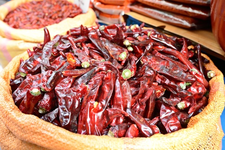 Gedroogde pepers te koop bij een markt Stockfoto