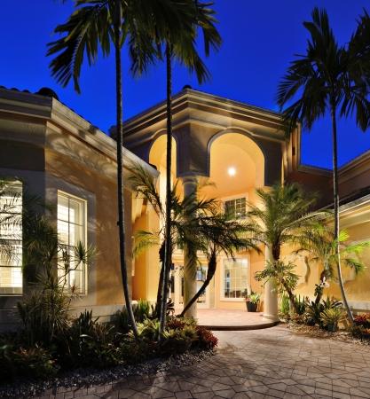 herrenhaus: Mansion Eingang in einem tropischen Lage. Editorial