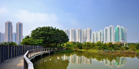 desarrollo sustentable: Apartamentos de gran altura sobre el Parque del Humedal de Hong Kong, China. Foto de archivo