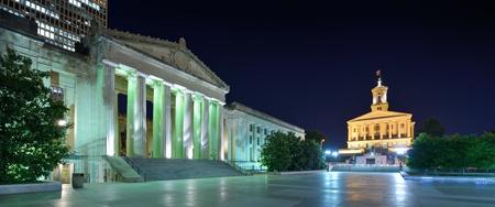 tennesse: Nashville War Memorial Auditorium y Tennessee State Capitol en Nashville, Tennessee, EE.UU..