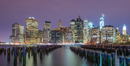 Lower Manhattan skyline van over de East River in New York City. Stockfoto