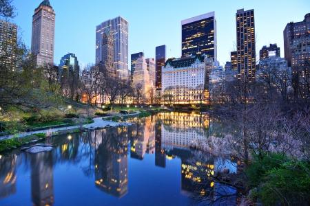 ニューヨーク市のセントラル ・ パーク湖から南セントラル ・ パークのスカイライン。