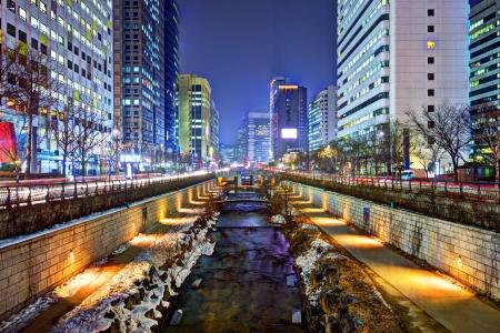 서울의 청계천, 한국은 대규모 도시 재생 프로젝트의 결과입니다. 스톡 콘텐츠