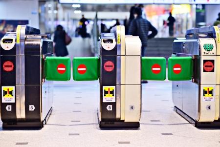 no entrance: TOKIO - 01 de febrero: torniquetes �pticos de 1 en Tokyo Tokyo Station de febrero de 2012, JP. Torniquetes �pticos utilizan un haz de infrarrojos para contar los clientes y bloquear el pase de entrada v�lido. Editorial