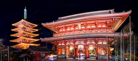 Gate and pagoda of Senso-ji shrine in Tokyo, Japan. Редакционное