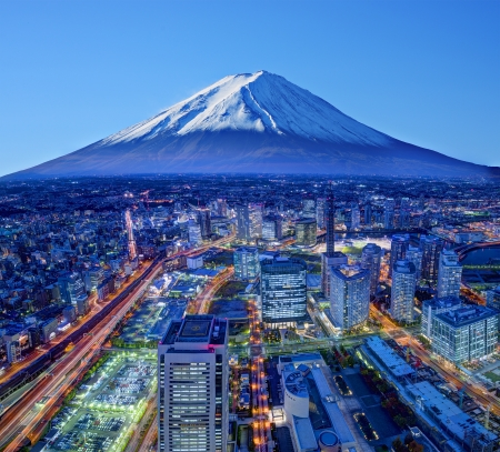 富士山と横浜市のスカイライン。