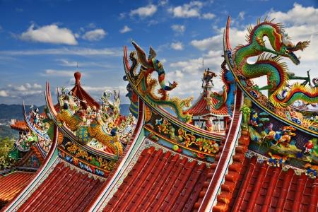 空に華やかな中国寺院の詳細。