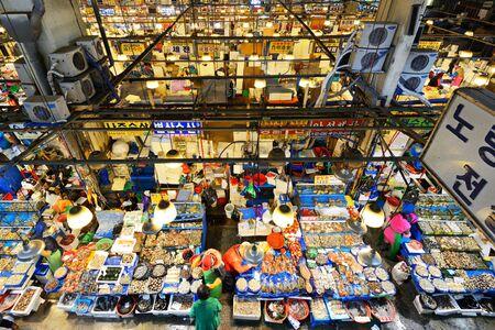 fischerei: SEOUL - 18. Februar Luftaufnahme der K�ufer bei Noryangjin Fischerei Gro�markt 18. Februar 2013 in Seoul, S�dkorea Die 24-Stunden-Markt hat �ber 700 Verkaufsst�nden, frische und getrocknete Meeresfr�chte Editorial