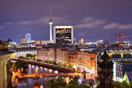 ベルリンのシュプレー川の上から見た。 報道画像