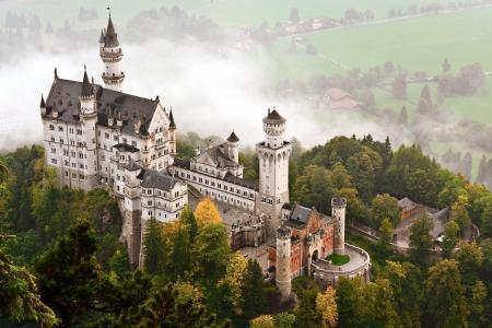 Castillo de Neuschwanstein envuelto en la niebla, en los Alpes de Baviera de Alemania.