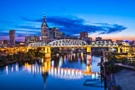 シェルビー ・ ストリート橋にナッシュビル、テネシー州のダウンタウンのスカイライン。