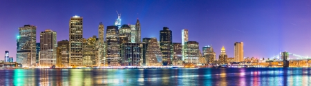 ニューヨーク市マンハッタンの自治区で金融街に向かって東川の有名な眺め。
