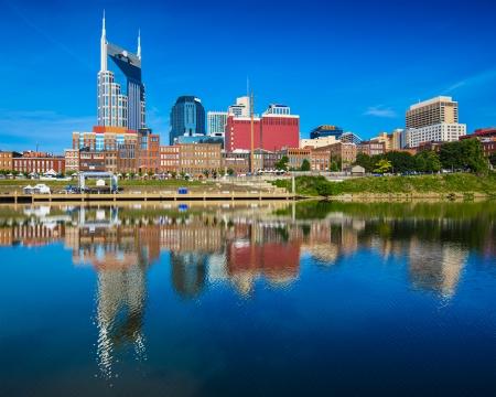 tennesse: Nashville, Tennessee horizonte de la ciudad en el río Cumberland.