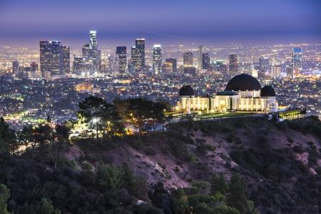Griffith Obervatory en Downtown Los Angeles, California, USA skyline bij zonsopgang.