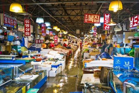 pesquero: SEUL - 18 de febrero: Noryangjin Pesca Mercado Mayorista de 18 de febrero 2013 en Se�l, Corea del Sur. El mercado de 24 horas cuenta con m�s de 700 puestos de venta de pescados y mariscos frescos y secos.