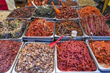 Eten op het display op Gwangjang Markt in Seoul, Zuid-Korea.