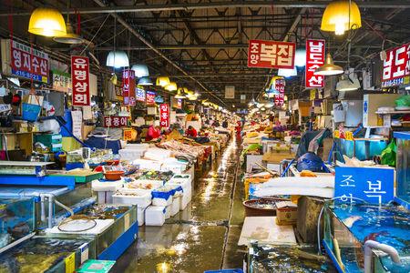 fischerei: SEOUL - 18. Februar: Noryangjin Fischerei Gro�markt 18. Februar 2013 in Seoul, S�dkorea. Die 24-Stunden-Markt hat �ber 700 Verkaufsst�nden, frische und getrocknete Meeresfr�chte. Editorial
