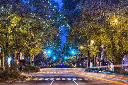 ダウンタウンのアテネ、ジョージア州、米国の夜のシーン。