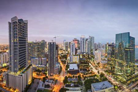 rascacielos: Miami, Florida, EE.UU. centro nightt paisaje urbano a�rea por la noche.