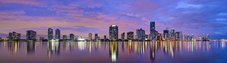 Miami, Florida skyline op Biscayne Bay.