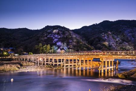 light up: Arashiyama, Kyoto, Giappone Togetsukyo Ponte durante la luce autunnale annuale up. Archivio Fotografico