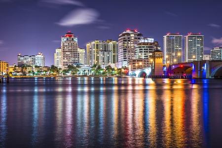 West Palm Beach, Florida nachtelijke skyline.