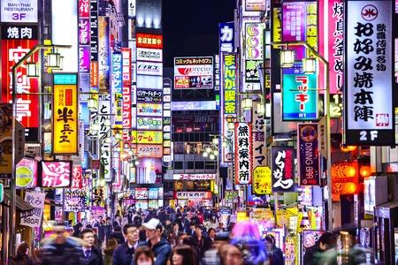 東京、日本 - 2014 年 3 月 14 日: 歌舞伎町の路地が密集ラインの兆候。地区は、有名なナイトライフや赤線地区です。