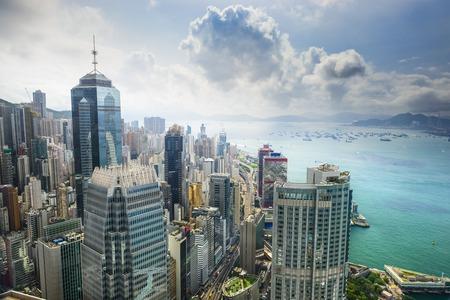 Hong Kong, China luchtfoto van het stadsgezicht bij Victoria Harbor. Stockfoto
